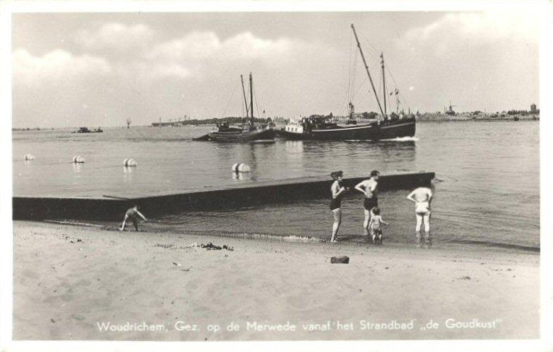 STRANDBAD -- (014) Gez op de Merwede vanaf het Strandbad de Goudkust
