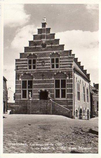 01 MONUMENT -- (R) (001) Gerestaureerde ('58) oude Raadhuis (1572) thans museum