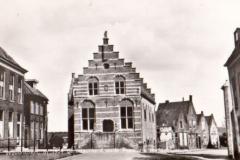 102 MONUMENT -- (R) (004) gerestaureede oude raadhuis